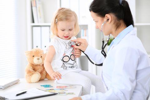 U Untersuchung: Kleinkind beim Arzt