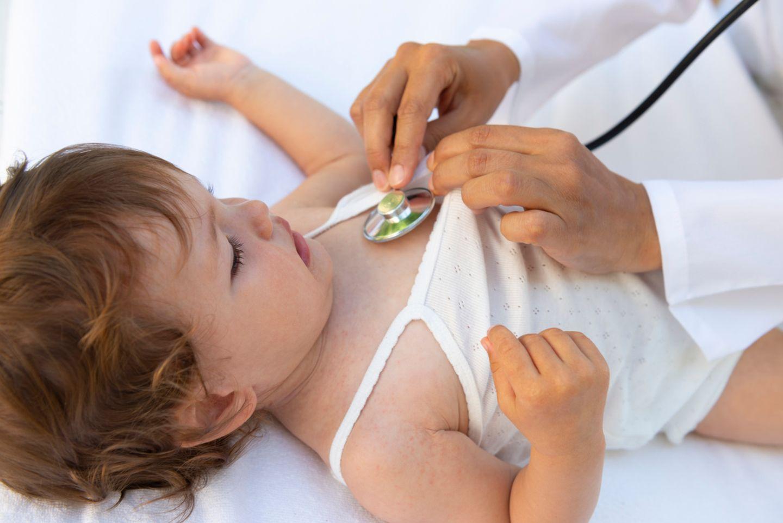 U6 Untersuchung: Kleinkind beim Arzt