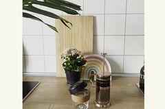 320000 Einweg-Becher gehen in Deutschland stündlich über die Theke. Wem diese absurde Zahl nicht als Argument reicht, dem sei ans Herz gelegt, wie viel mehr Spaß es bringt, aus einem wiederverwendbaren Becher zu trinken. Stilecht, immerhin ist Kaffee ein Genussmittel! Außerdem gibt es in vielen Cafés Rabatte auf die Getränke mit eigenem Becher – und natürlich ordentlich Punkte fürs Karma-Konto!