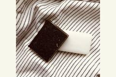… sind die nachhaltige Alternative zu Flüssigseife, flüssigem Shampoo und Dusch- und Abschminkgel. Denn anders als ihre konventionellen Pendants kann man sie unverpackt oder in einfachen Schachteln aus Pappe einkaufen. Seifenblöcke (ab 39 Cent in der Drogerie) sind ideal zum Händewaschen und benötigen keine Plastikspender und Nachfüllbeutel. Für empfindliche Haut und zum Abschminken eignet sich ein seifenfreies Waschstück, das ist ab 89 Cent in der Drogerie und ebenfalls in einer kleinen Pappschachtel erhältlich.   Auf festes Shampoo umstellen erfordert schon etwas mehr Umgewöhnung. Unser Tipp: Dran bleiben, auch wenn sich das Haarewaschen ohne Schaum erst mal komisch anfühlt. Investier unter der Dusche ein paar Minuten mehr und wasch die Haare ein zweites Mal. Die Umstellung lohnt sich: Seifen, Shampoo Bars und Waschstücke reinigen Körper, Gesicht und Haare nicht weniger gut als flüssige Produkte. Und du wirst überrascht sein, wie viel Müll sich so vermeiden lässt!
