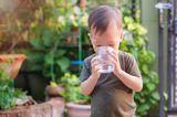 Junge trinkt Wasser