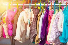 Dieses eine niedliche Kleid ist gar nicht getragen und das Preisschild hängt noch dran? Der Schlafsack ist ein Markenprodukt und für den Preis echt ein Schnäppchen an deinem Stand? Am besten, du hängst diese Teile gleich vorne an deinen Tisch oder hinter dich, direkt ins Sichtfeld der Flohmarktgänger. So ist die Wahrscheinlichkeit höher, dass das Teil entsprechend Aufmerksamkeit erhält.