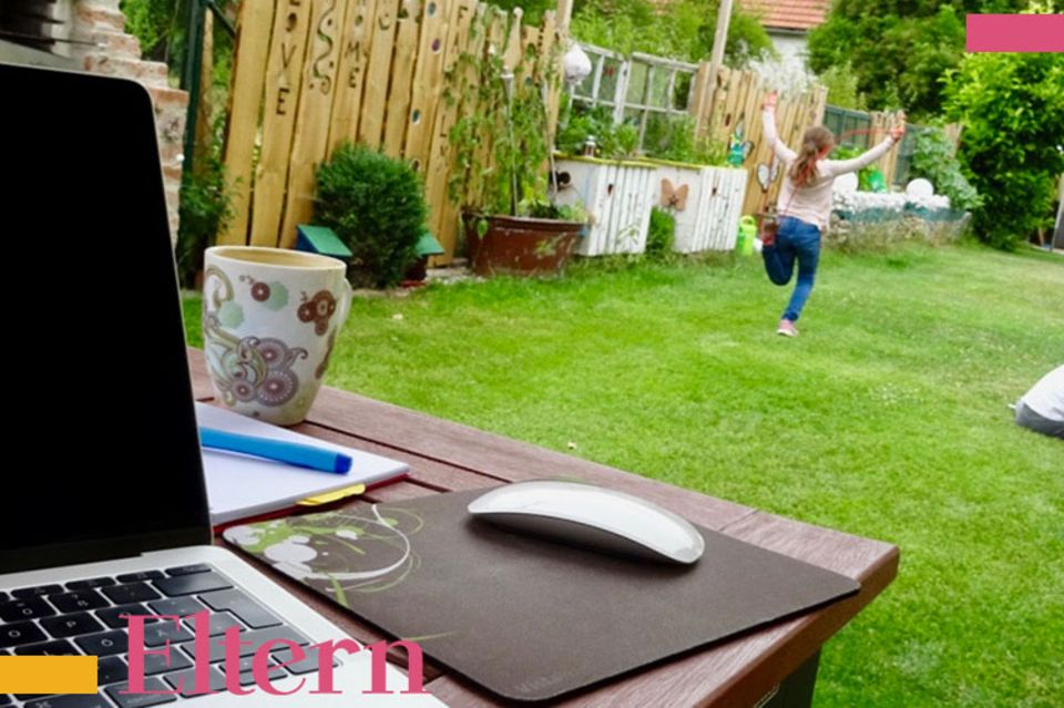 Mumslife Blog Arbeit am Laptop Kinder im Garten