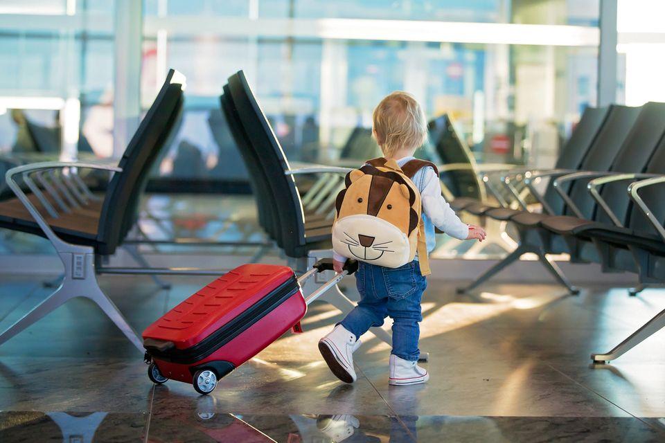Baby unterwegs am Flughafen Gepäck