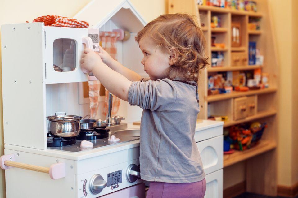 Kind spielt in der Spielküche