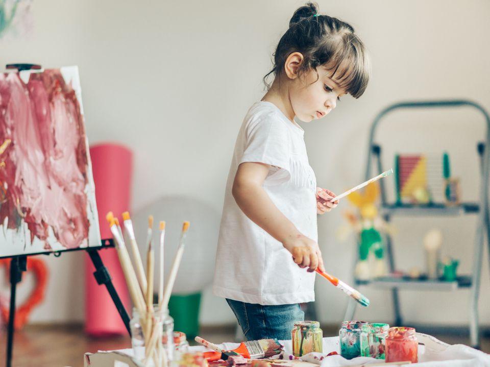 Kind malt mit Pinsel