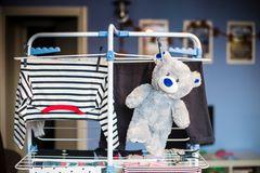 Wäscheständer mit gewaschener Kleidung und einem Teddy.
