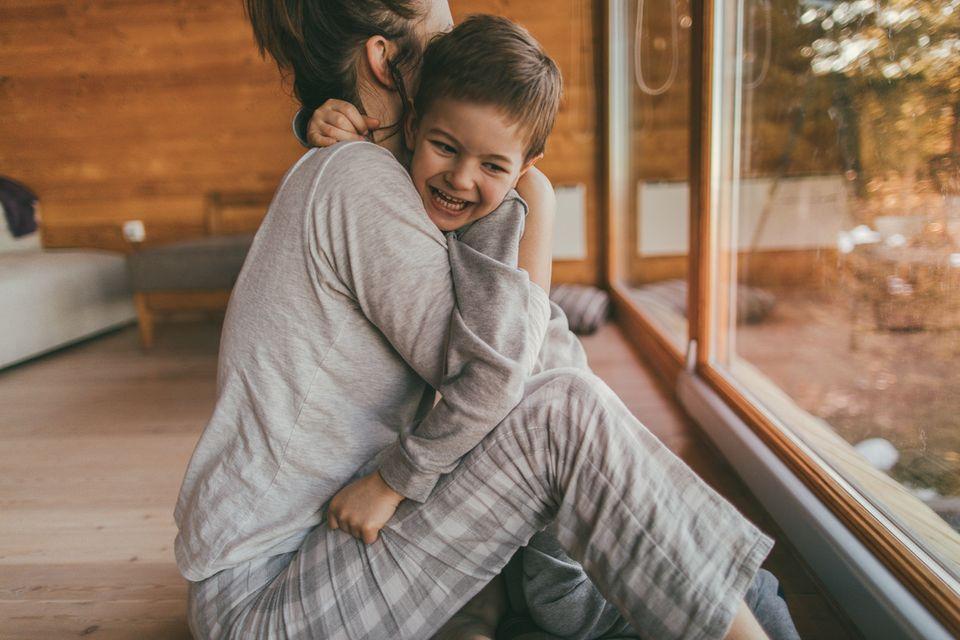 Mutter und Sohn umarmen sich