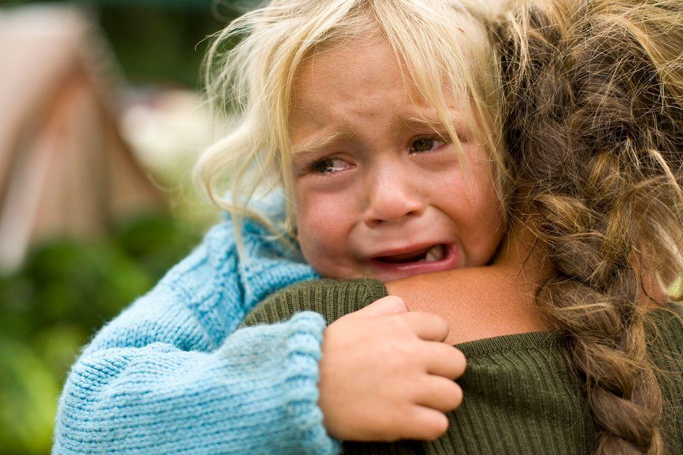 Kind weint beim Abschied im Kindergarten