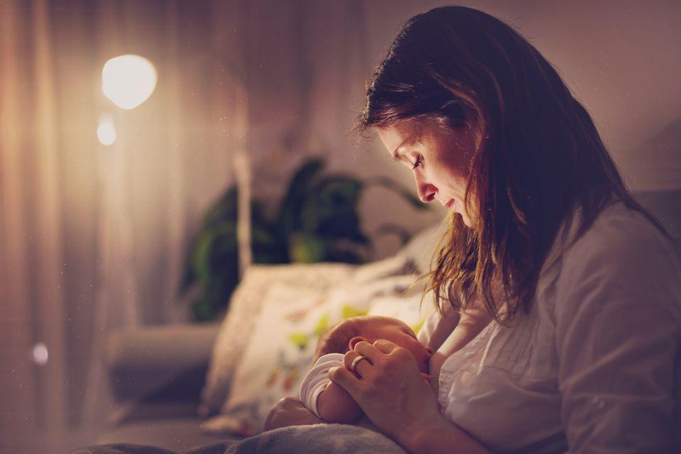 Baby wird nachts gestillt