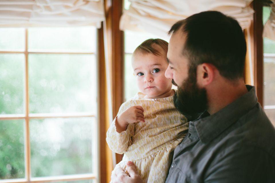 Kind auf Papas Arm