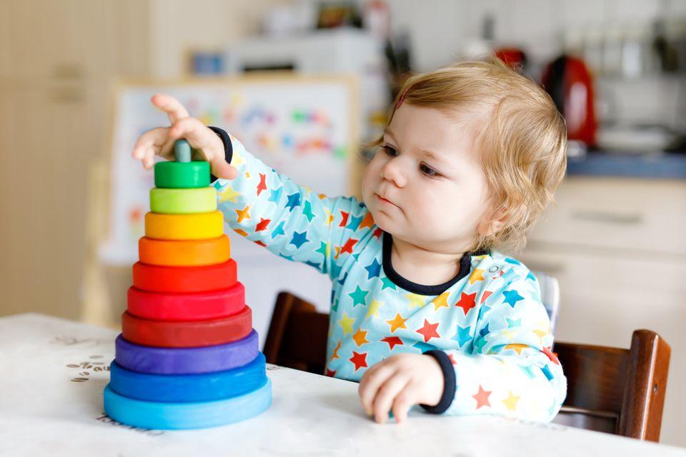 Kind mit Stapelspiel