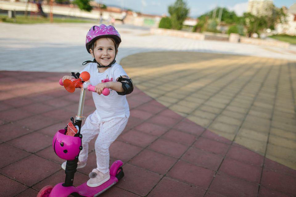 Mädchen fährt Roller