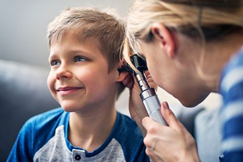 Junge bei der Ohrenuntersuchung