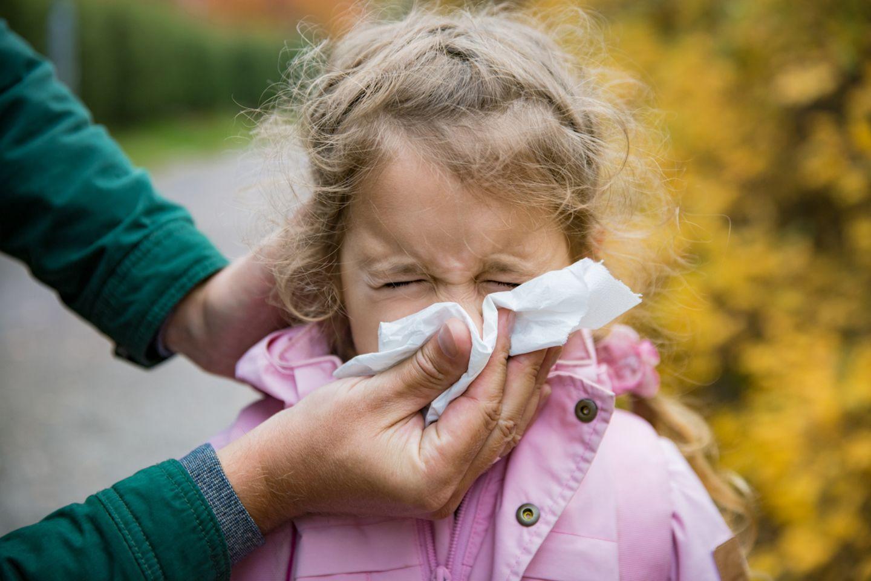 Vater putzt Tochter die Nase