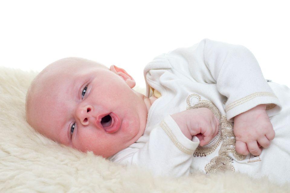 Baby auf dem Wickeltisch hustet