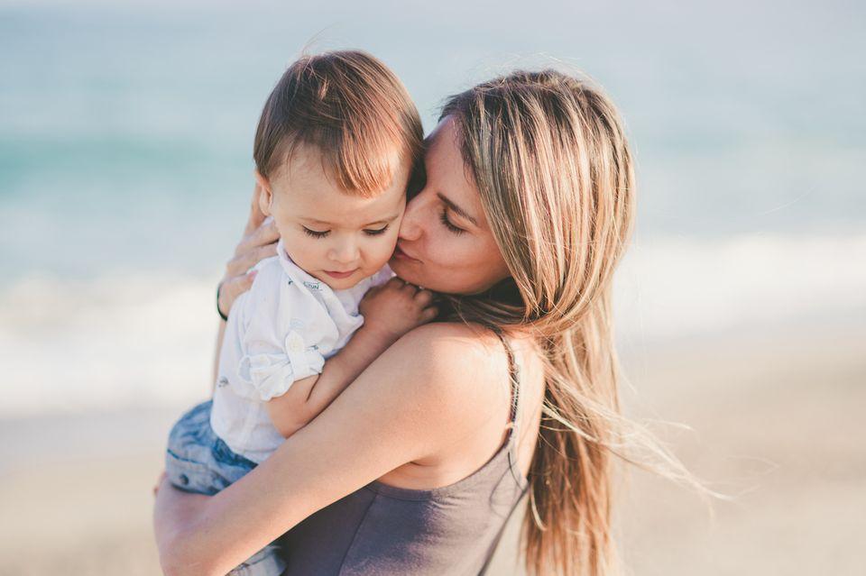 Junge Mutter mit Baby auf dem Arm