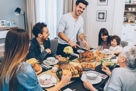 Patchwork-Familie hat ein gemeinsames Festessen