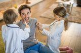 Vaterspielt mit Kindern Arztbesuch