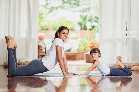 Mama und Tochter machen Sport
