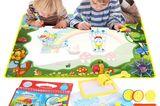 Diese Wasserzeichenmatte ist ideal für alle Kinder, die auch mal gerne nicht nur auf ein Blatt Papier malen. Die Stifte füllt man mit Wasser auf und kann dann auf der Matte etwas zeichen. Nach einigen Minuten verschwindet das Gemalte wie von selbst. Besonders toll: Die Stifte malen nur auf der Matte! Das ist die Version für etwas ältere Kinder.      Für Babys ab 9 Monaten eignet sich diese Aquadoodle-Matte*.