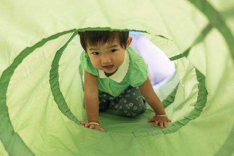 Spieltunnel mit Kind
