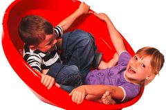 In den Spielkreisel passt nicht nur ein Kind, auch Geschwisterkinder können dort drin gemeinsam herumkullern. Der Kreisel schult denGleichgewichtssinn, die Motorik und die Koordination – und macht einfach auch einen Heidenspaß. Das stabile Kunststoff hält auch Rutschpartien oder eine sonstige Verwendung gut aus.