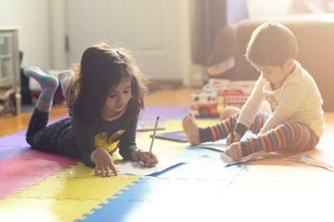 Kinder spielen im Kinderzimmer