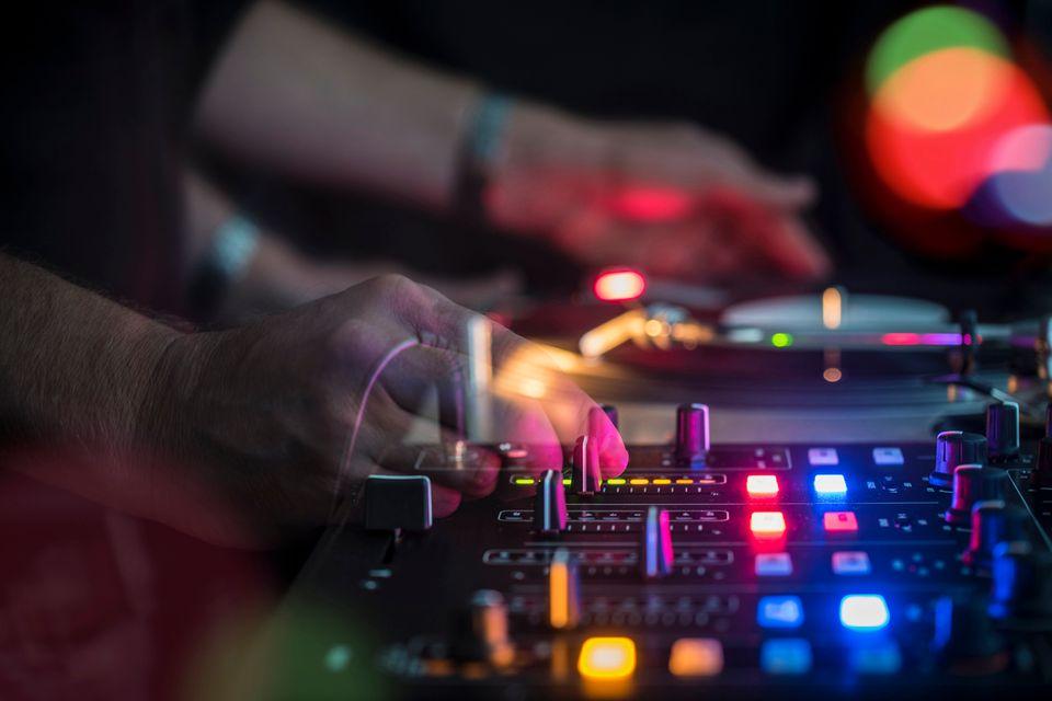 Ein DJ legt in einem Berliner Club auf