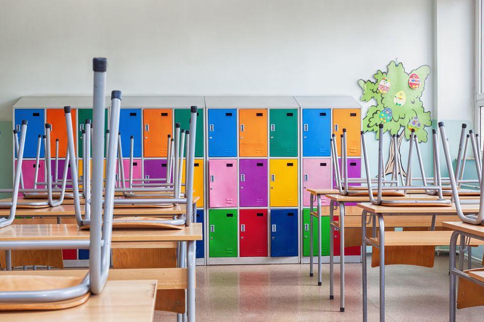 Leerer Klassenraum mit bunten Schrankfächern