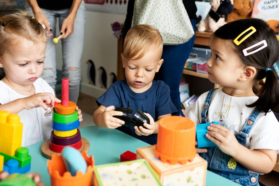 Kindergartenkinder spielen miteinander