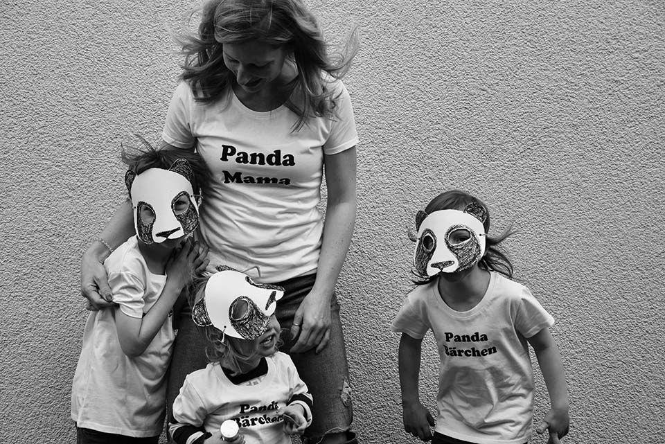 Laura mit ihren drei Kindern, die alle Masken tragen
