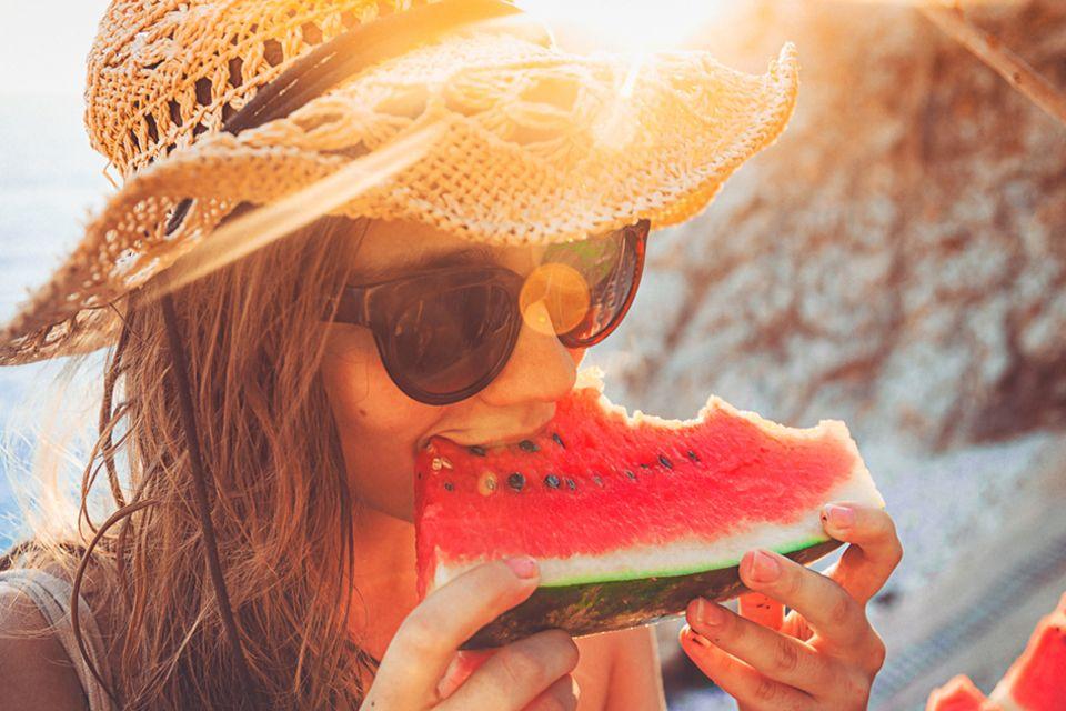 Frau isst Wassermelone