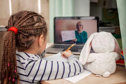 Mädchen lernt via Videokonferenz