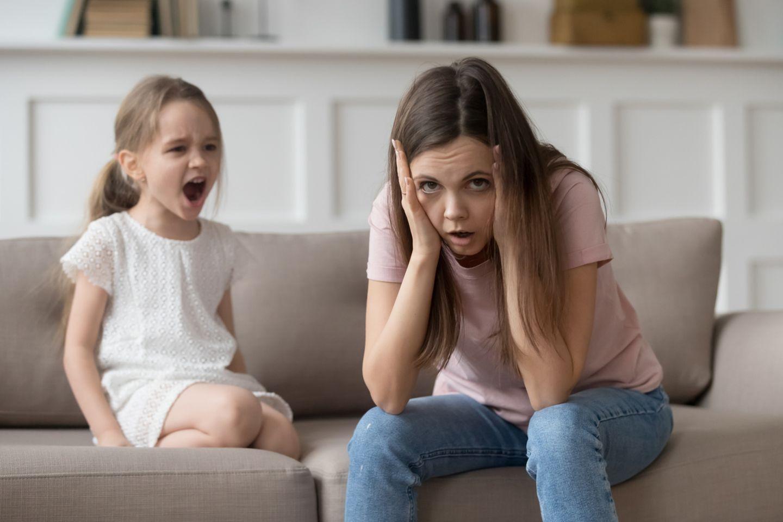 Gestresste Mutter und schreiendes Kind