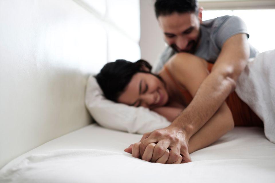 Ein Mann und eine Frau vergnügen sich im Bett