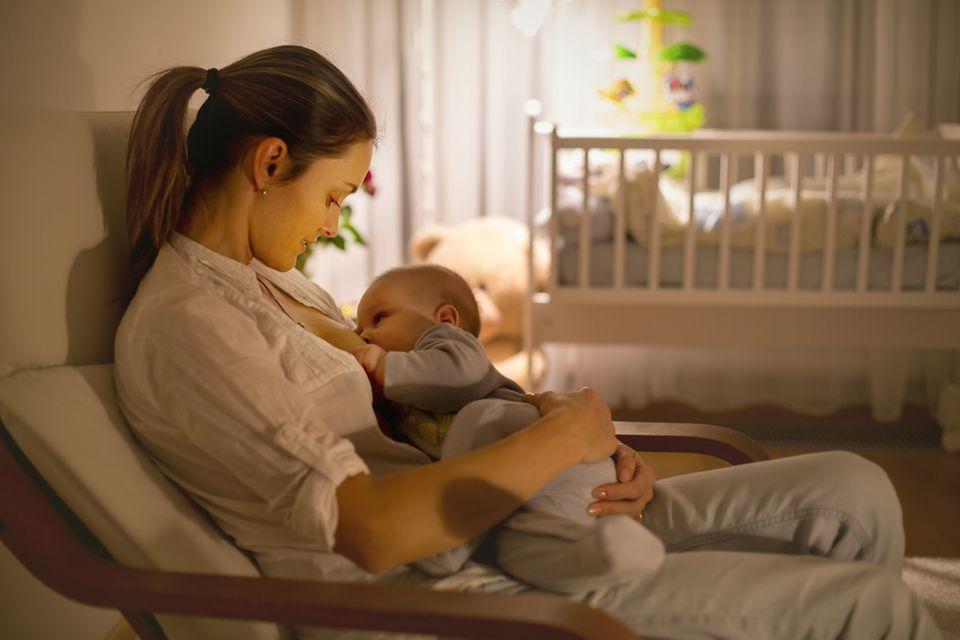 Mutter-stillt-ihr-Baby-nachts
