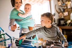 Mutter und Kind hängen im Zimmer Wäsche auf