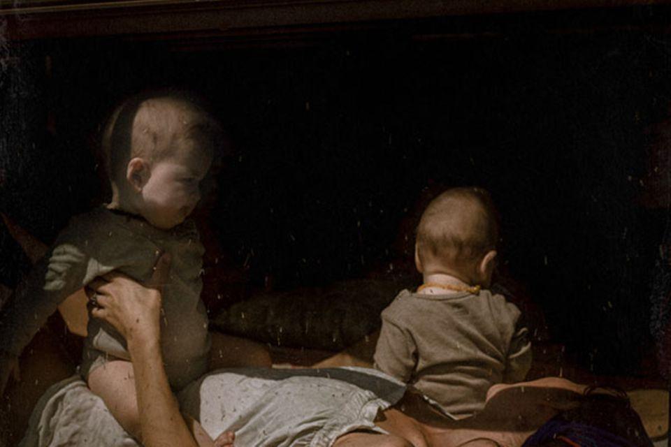 Hana, Bobby and Mika in the Lounge room aus der Fotoreihe Behind Glass von Lisa Sorgini