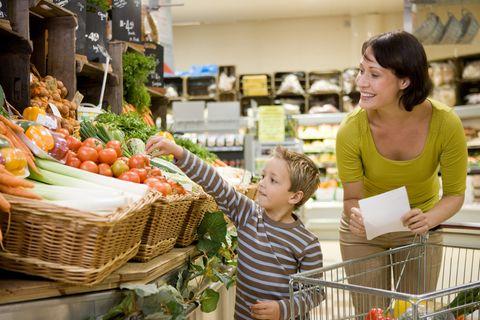 Mutter und Sohn im Supermarkt