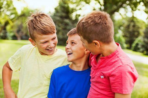 Drei fröhliche Jungen