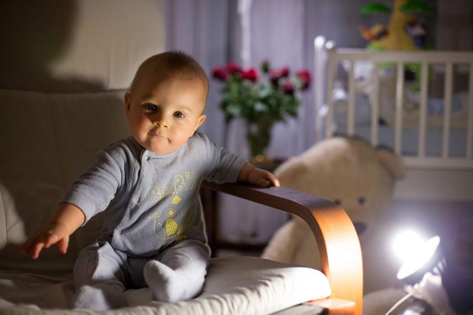 Baby im Schaukelstuhl