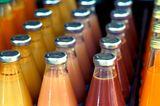 Glasflaschen mit verschiedenen, bunten Säften