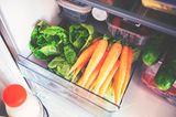Geöffnetes Kühlschrankfach mit Gemüse