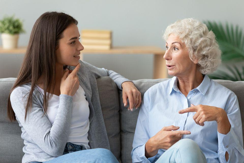 Glückliche Großmutter im Gespräch mit Enkelin