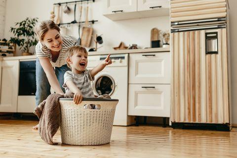 Glückliche Mutter und Kind zuhause