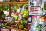 Ein gut gefülltes Food-Sharing Regal mit Obst und Gemüse