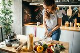 Frau freut sich beim Kochen