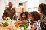 Familie guckt sich ihren Bio-Einkauf an