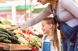 Mama und Kind auf dem Markt